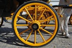 Gelbes Wagenrad, Sevilla, Spanien lizenzfreie stockbilder