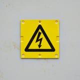 Gelbes Warnzeichen auf einer grauen Wand Stockfoto