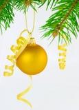 Gelbes Weihnachtskugel â trennte Stockfoto