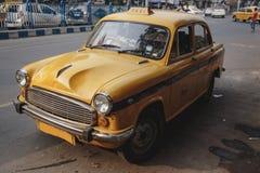 Gelbes Weinlesetaxi in Kolkata, Indien Lizenzfreies Stockfoto