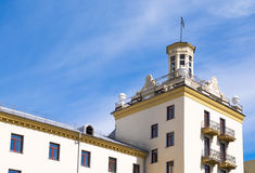 Gelbes Wohnhaus mit Turm und Balkon Stockbild