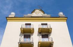 Gelbes Wohnhaus mit Turm und Balkon Lizenzfreie Stockfotografie
