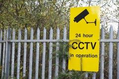 Gelbes Zeichen CCTV auf Sicherheitsgeländer lizenzfreies stockbild
