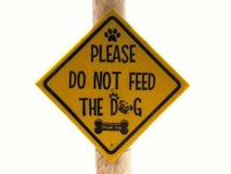 Gelbes Zeichen ziehen nicht den Hund ein Stockfotos