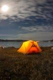 Gelbes Zelt nachts auf dem Ufer vom Baikalsee im Winter Lizenzfreies Stockfoto