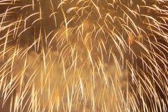 Gelbfunken von festlichen Feuerwerken als Hintergrund Stockbilder