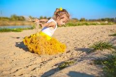 Gelbrockstrand-Sandspiel des kleinen Mädchens Lizenzfreies Stockbild