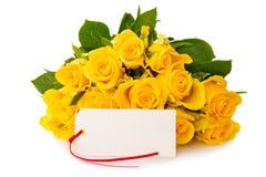 Gelbrosenblumenstrauß und weiße Karte für Text stockfoto
