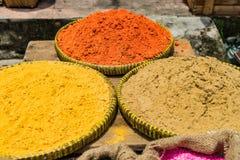 Gelbwurzpulver auf den Behältern im Markt Stockbild