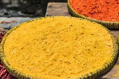 Gelbwurzpulver auf den Behältern im Markt Stockfoto