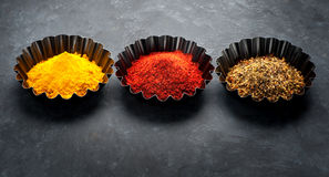 Gelbwurzpulver, Pulver des scharfen Paprikas und Kräuter gewürze Stockbild