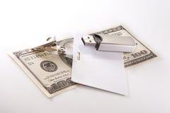 Geld, Abzeichen und USB-Blinkenlaufwerk stockfoto