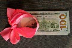 Geld als Geschenk lizenzfreie stockfotografie