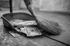 Geld als huisvuil stock afbeelding
