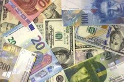 Geld Amerikaanse dollars als achtergrond, euro en Zwitserse frank Royalty-vrije Stock Foto's