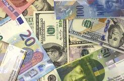 Geld Amerikaanse dollars als achtergrond, euro en Zwitserse frank Stock Afbeeldingen