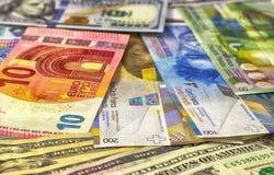 Geld Amerikaanse dollars als achtergrond, euro en Zwitserse frank Stock Fotografie