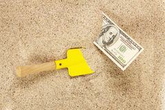 Geld amerikanische hunderd Dollarscheine im Sand und in der gelben Schaufel Lizenzfreies Stockbild