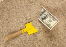 Geld amerikanische hunderd Dollarscheine im Sand und in der gelben Schaufel Stockfotos