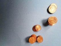 Geld auf blauem Hintergrund Stockfoto