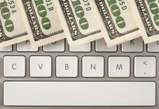 Geld auf Computertastatur mit Leertaste Lizenzfreie Stockbilder