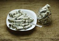Geld auf der Platte Stockfotografie