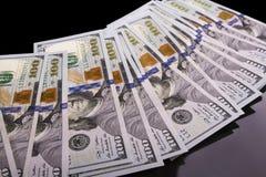 Geld auf einem schwarzen Hintergrund Lizenzfreie Stockfotos