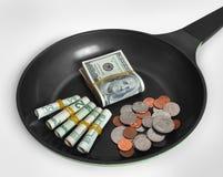 Geld auf einer Bratpfanne Stockbilder