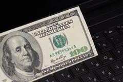 Geld auf einer Tastatur Lizenzfreie Stockfotografie