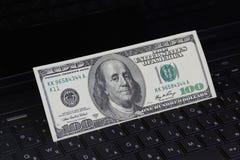 Geld auf einer Tastatur Stockfoto