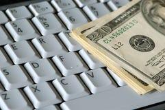 Geld auf einer Tastatur lizenzfreie stockbilder