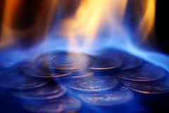 Geld auf Feuer Stockfotos