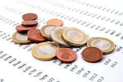 Geld auf Geschäftszahlen Lizenzfreie Stockbilder