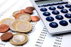 Geld auf Geschäftszahlen Lizenzfreie Stockfotos