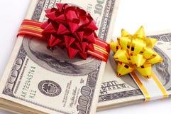 Geld auf Geschenk Stockfoto