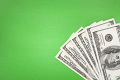 Geld auf grünem Hintergrund Lizenzfreie Stockfotografie