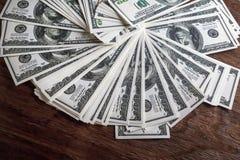 Geld auf Holztisch Stockbilder
