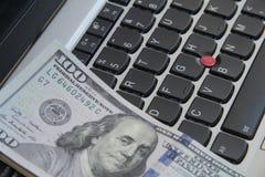 Geld auf Tastatur lizenzfreie stockfotos