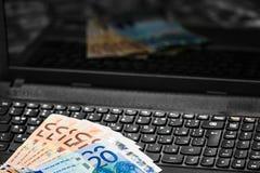 Geld auf Tastatur Stockfoto