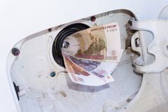 Geld bij benzinestation velen moderne nota stock fotografie