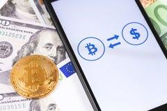 Geld, bitcoin en ethereum stock afbeelding