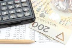 Geld, Bleistift und Taschenrechner, die auf Tabelle liegen Stockfotografie