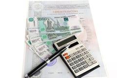 Geld, calculator, certificaat, een pen Stock Afbeelding