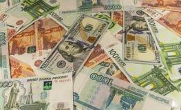 Geld, das auf dem Tisch liegt Stockbild