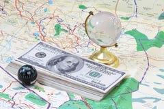 Geld, das auf der Karte liegt Stockfotografie