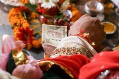 Geld, das in der hindischen Trauung überreicht wird Lizenzfreies Stockbild