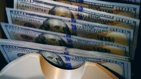 Geld, das Maschine mit Dollar in ihr zählt stock footage