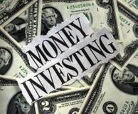 Geld, das mit vielen $2 Dollarscheinen investiert Lizenzfreie Stockfotos