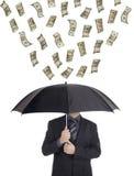 Geld, das unten auf einer Person regnet Stockfotografie
