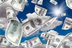 Geld, das vom sonnigen Himmel fällt Lizenzfreies Stockbild